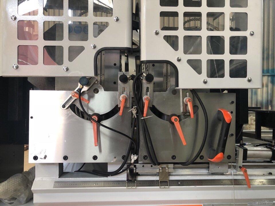 Hình bán nguyệt của máy cắt một nhôm hai đầu quay đa góc tự động